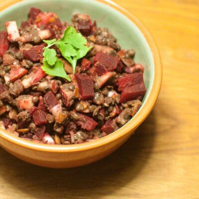 Salat med beluga linser, æble og rødbeder